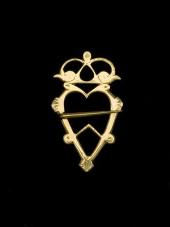 Single heart-shaped, gold brooch surmounted by a crown of birds' heads, by Alexander Stewart, Inverness, c. 1796 - 1800. Part of National Museums Scotland collection.