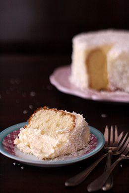 White Cake with coconut frosting, recipe, Gefüllter Kuchen, Wintertorte, weißer Kuchen mit Kokoscreme by http://christinascatchycakes.de/