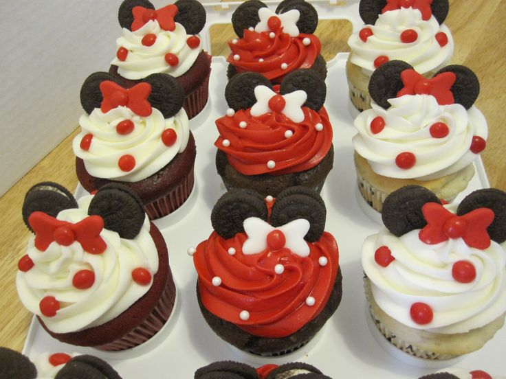 ea312fdeed1e088e1aa58a00acb717f6 red minnie mouse cupcakes on homemade birthday cake baby