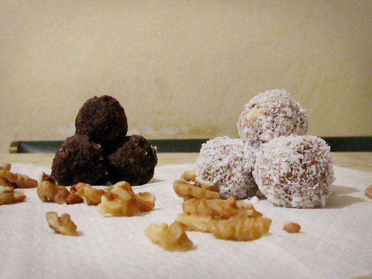 Recept na Vánoční kuličky na dva způsoby z kategorie snadno a rychle, pro začátečníky, vegetariánské:  Suroviny na ořechovo-kávové kuličky s kakaem:...