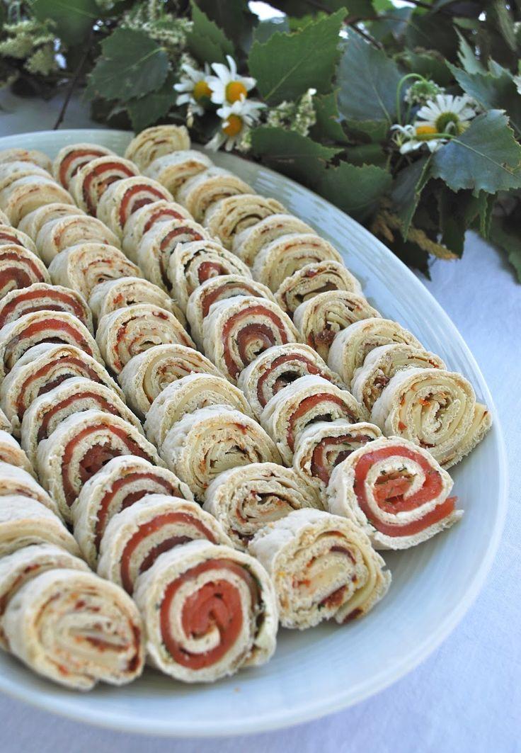 mamas kram.  Zum Essen gab es Tunnbröd-Rollen - eine Sorte mit Merrettichfrischkäse, Dill und Lachs, die andere mit Kräuterfrischkäse, getrockneten Tomaten und (gehobeltem) Käse.