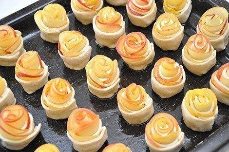 Фото к рецепту: «Розы» из яблок в тесте