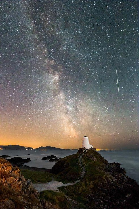 14 Utterly Majestic Images Of This Year's Perseid Meteor Shower - Llanddwyn Island, Anglesey