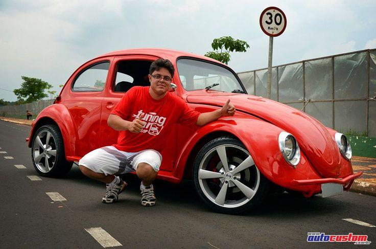 Veículo: Volkswagen Fusca 1971. Proprietário: Elton, da cidade de Aguaí, interior de São Paulo. Customizações: Pintura vermelha, motor 2.1 refrigerado a ar injetado, 8 bicos, preparado com turbo. Cabeçote, pistões e bielas retrabalhados, câmbio modificado e freio a disco nas 4 rodas. Entradas de ar na traseira, rodas aro 17 com pneus 205/40, faróis dianteiros com piscas embutidos, lanternas traseiras, estribos e para-choques personalizados. Vidros das portas inteiriços e elétricos, remoç...