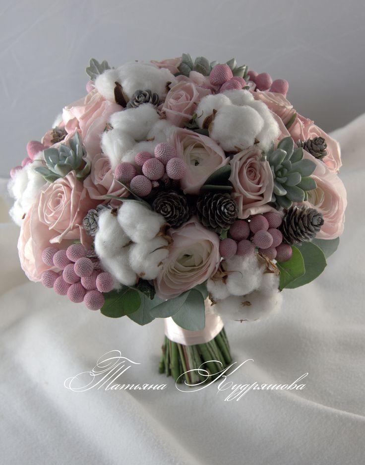 зимний букет невесты с хлопком, розами и суккулентами