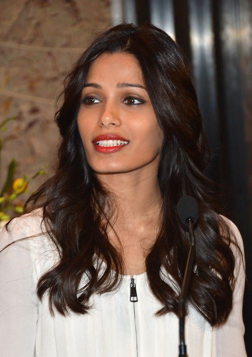 A casual look... very elegant. Freida Pinto