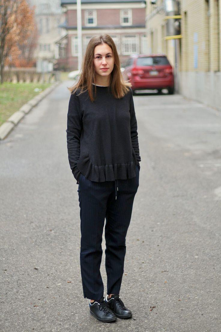 """Tenue blog mode - Pull à volants noir H&M - Pantalon cosy bleu marine à rayure H&M - Baskets en cuir Isabel Marant Étoile """"Bart"""""""