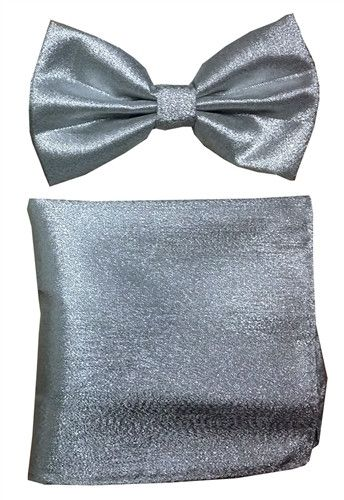Add a special item in your wardrobe with this metallic silver bow tie and matching pocket square. Made out of polyester, this pointed tip bow tie features a shimmering silver material. This bow tie an