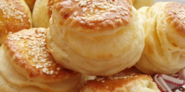 Lisnate pogacice/prutici sa sirom  500 g mekog brasna 25 g svezeg kvasca 1 kasicica soli      2,5 dl mleka      1 jaje      150 g margarina      150 g sira       susam