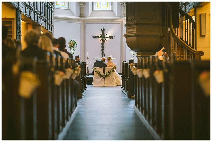 Dekoration in der Kirche. Die Bänke wurden mit kleinen Töpfen und schönen Blüten geschmückt. Die Brautpaarstühlne wurden dekorativ mit einer Blumengirlande verbunden. Das Bild wurde während der Trauung von Florin Miuti gemacht. www.annatews.de