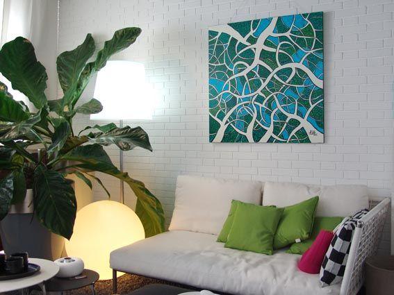 L'architettura della natura si delinea perfettamente nelle opere di Roberto Pelillo. Qui, dà luce e colore a un divanetto bianco in corda intrecciata.