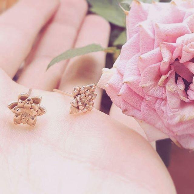 Custommade 🌹 Earrings 💐 #inspiration #goldjewelry #K18 #blooms #detailsmakethedifference #details #goldenselection #κοσμημα #χρυσό #ΧρυσηΕπιλογη #pinkmood