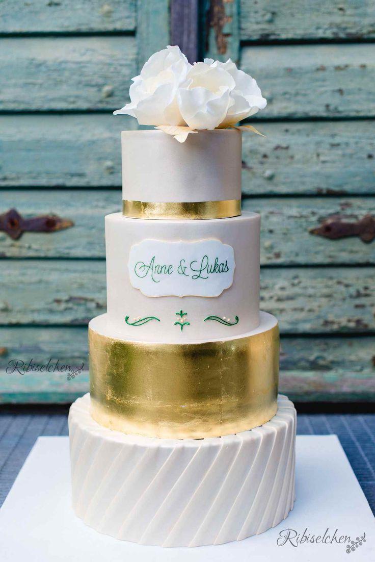Eine Hochzeitstorte für meine beste Freundin mit Blattgold, Zuckerblumen, Royal Icing und Fondantfalten (Fondant Pleats).