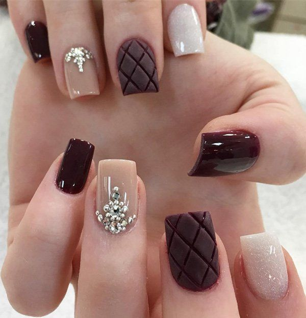 Geometric shapes are popular in the furnishing house, in clothes, but also and when it comes to manicure. The dark red color in the winter months is hit.