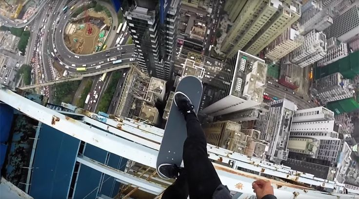 Daredevil toys with drop-in of death at Hong Kong skyscraper © cheung jai