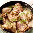 Snij de kip in 8 stukken. Verwarm de helft van de boter in een braadpan en braad hierin de stukken kip dieje met zout en peper hebt ingewreven. Het vlees moet aan alle kanten mooi goudbruin zijn.      Dek de pan af en laat het vlees nog 30 min. op een zacht vuurtje braden.      Breng, zodra het vlees gebraden is, de bouillon aan de kook. Voeg de room, de bouillon en de walnoten bij de kip.      Warm de calvados lichtjes op, giet over de stukken kip en flambeer.      Draai de stukken kip om…