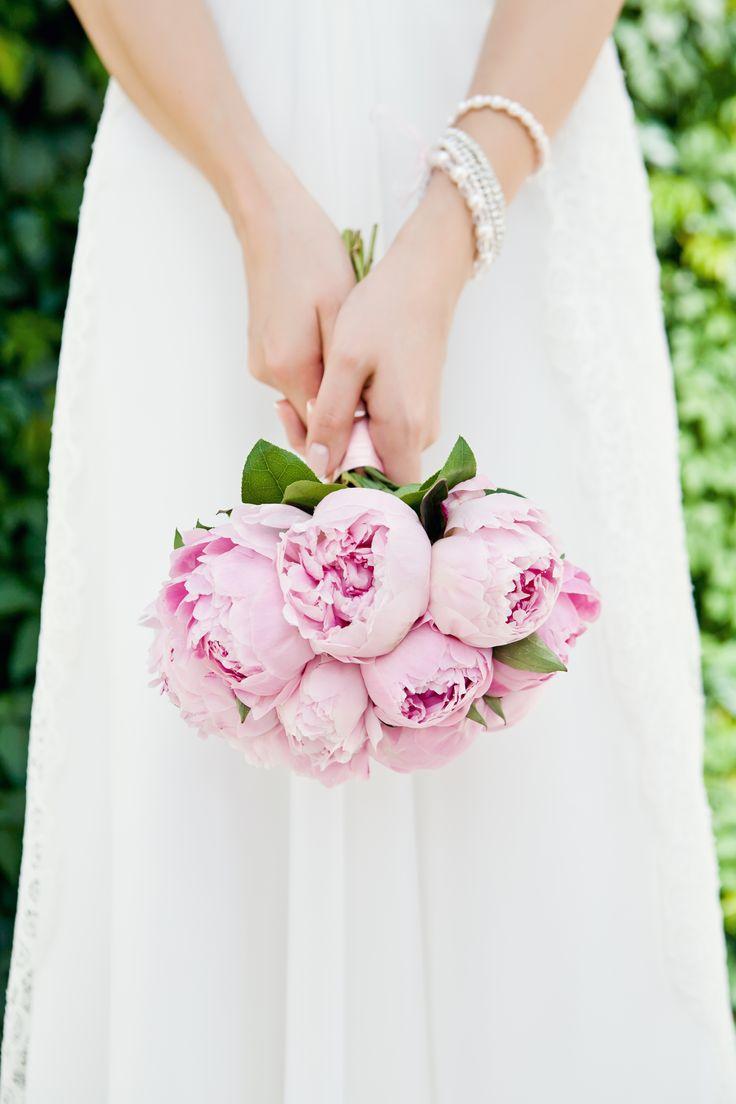 ¿Qué te parece este bonito ramo de peonías rosas? Lo mejor de esta flor es que dura muchísimo por lo que tu ramo seguirá intacto muchos días después de tu boda. #WeddingBroker
