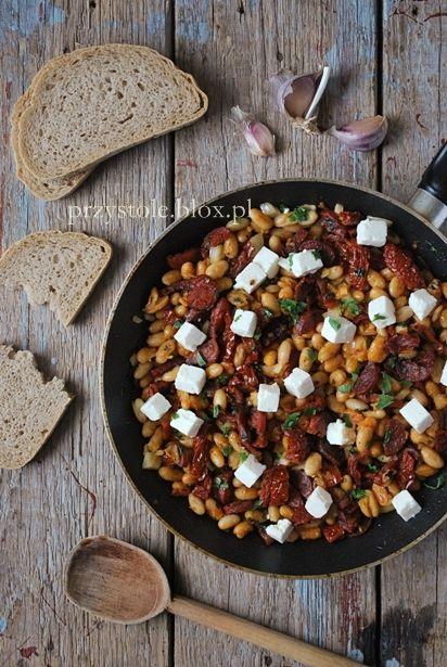 Sałatka z fasoli i suszonych pomidorów z chorizo