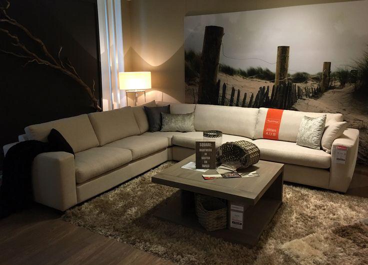 """Deze stoere """"made in Holland"""" bank Hiver is nieuw in onze collectie. Deze opstelling in onze showroom is 3-zits + hoek + 4-zits, maat is 289cm x 78cm h x 334cm. Vele mogelijkheden. Prima duurzaam zitcomfort door pocketveren zitkussens."""
