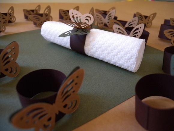 Porta Guardanapo em papel Canson ou Color Plus em varias cores e gramatura alta. Podendo também ser confeccionado em papel para scrapbook. Borboleta medindo 4,5X3,0. É um detalhe todo especial para decorar a mesa. O anel é enviado aberto com fita dupla face na ponta Temos tambem outros modelos de apliques. R$1,00