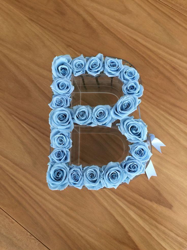 Letra B con rosas estándar que duran 1 año