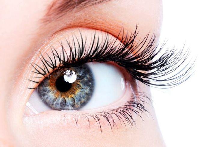 Mixe Vitamin-E-Öl, Rizinus-Öl und Aloe-Vera-Gel zusammen und trage vor dem Schlafengehen mit einer Mascara-Bürste auf deine Wimpern auf.