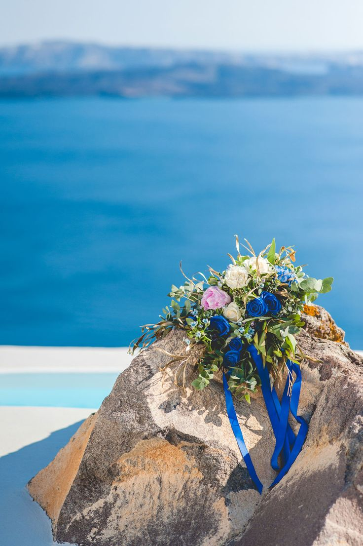 #BridalBouquet from couple's inspiration styled shoot in Santorini, Greece. Capture by #Phosart Photography & Cinematography See more www.photographergreece.com