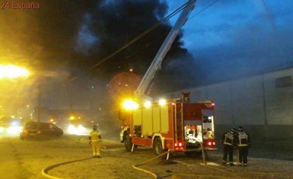 Un incendio arrasa una fábrica de plásticos en Pinseque