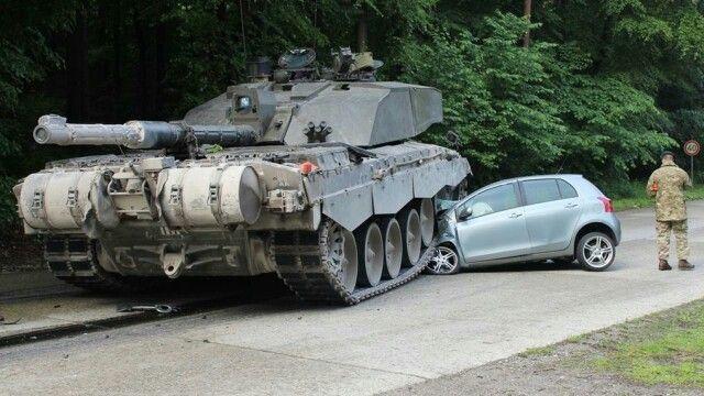 Britischer Panzer macht Kleinwagen platt