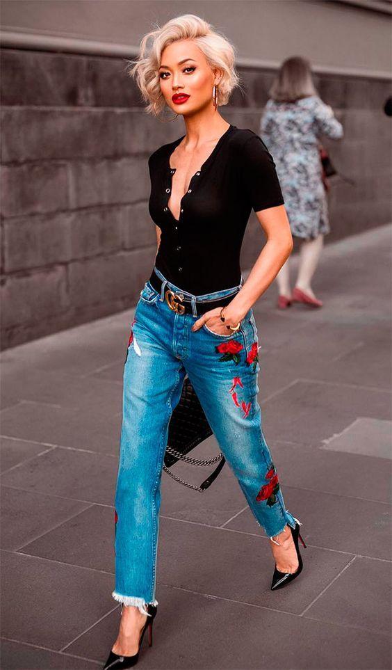 Blusa preta com botões e decote, calça com barra desconstruida com patches