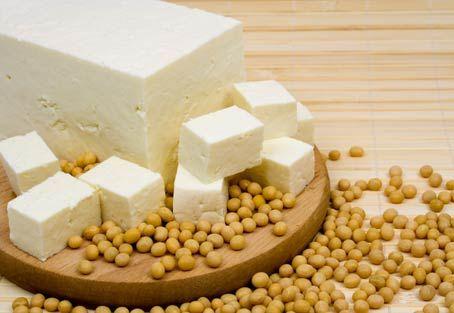 Il tofu è un alimento naturale che viene prodotto con la soia. Una fonte salutare di proteine vegetali.