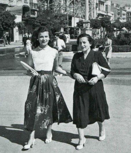 Αθήνα, αρχές δεκ 1950. Πλατεία Κολωνακίου. Η Τζένη Καρεζη κοριτσόπουλο. Δίπλα η μητέρα της.