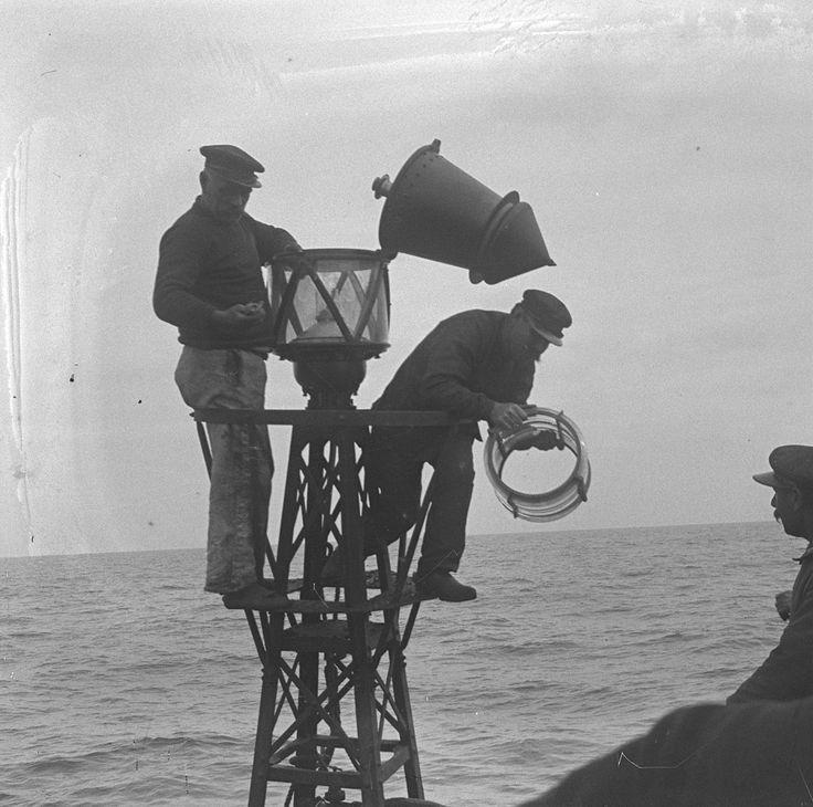 """Entretien et approvisionnement en gaz d'une balise par les hommes de l'""""Augustin Fresnel"""". [1906]-[1907]."""