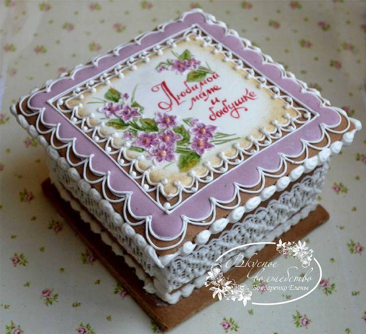 Perníková kazeta * zdobená krajkovým vzorem a kytičkou fialek.
