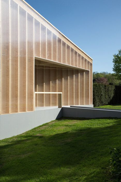 The architects selected materials they deemed suitable for a temporary structure – cross-laminated timber, plywood and clear polycarbonate plastic.
