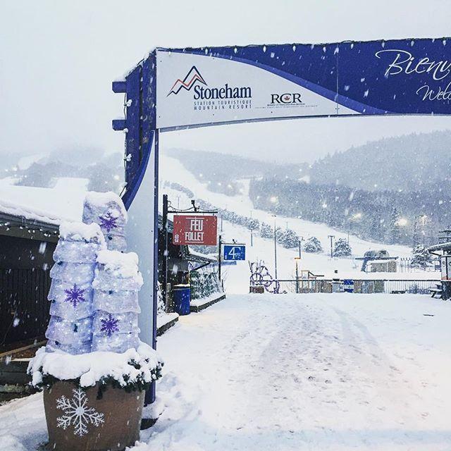 Il neige à plein ciel à la montagne depuis ce matin  #stoneham #snowflakes #winter #ski #snowboard #ouiski #sommetsstlaurent #quebec #canada #beautifulday #skiquebec #quebecregion