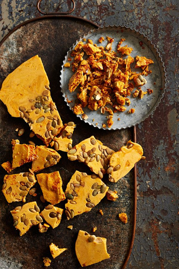 HONEYCOMB BRITTLE ~~~ recipe gateway: this post's link uses pepita + two basic honeycomb shares at http://www.amesadacarolina.com.br/2015/05/sorvete-de-mirtilo/ and http://www.nigella.com/recipes/view/hokey-pokey-36 + covered in chocolate http://ohsweetday.com/2014/06/chocolate-dipped-honeycomb-brittle.html [Nigella Lawson] [anthologymag] [pumpkin seed, pepita]