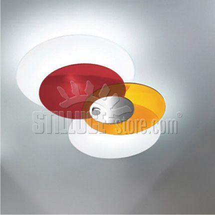 Linealight Hula Hoop lampada da soffitto.  Il movimento di pianeti che appaiono sovrapposti, come un'ellissi che sottrae o regala luce ad ogni passaggio, per una lampada che ama giocare con i colori e la prospettiva. Montatura in metallo verniciato bianco lucido; diffusore composto da due elementi in vetro sabbiato serigrafato bianco o da una coppia  di elementi in polimetilmetacrilato nelle colorazioni: blu- giallo- cromo-bianco, rosso-arancione-cromo-bianco.