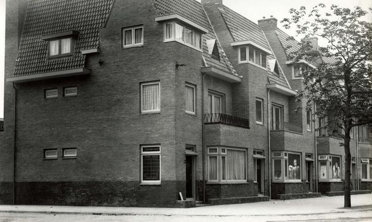 20e Eeuwse bouwstijl. Woningen  van de N.V. Stadswoning op de grond van de voormalige Tivoli-tuinen. Woningen hebben erker, daarboven balkon en grote tweede verdieping. Nederland, Utrecht, 1932.