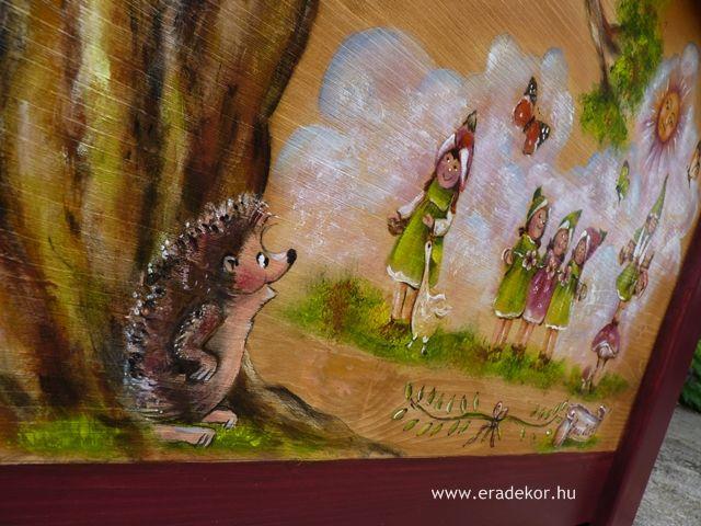 Nagyméretű tömörfenyő, manós-erdő állatai mintával festett, névre szóló játéktároló láda. Fotó azonosító: JATNAGYNOR10