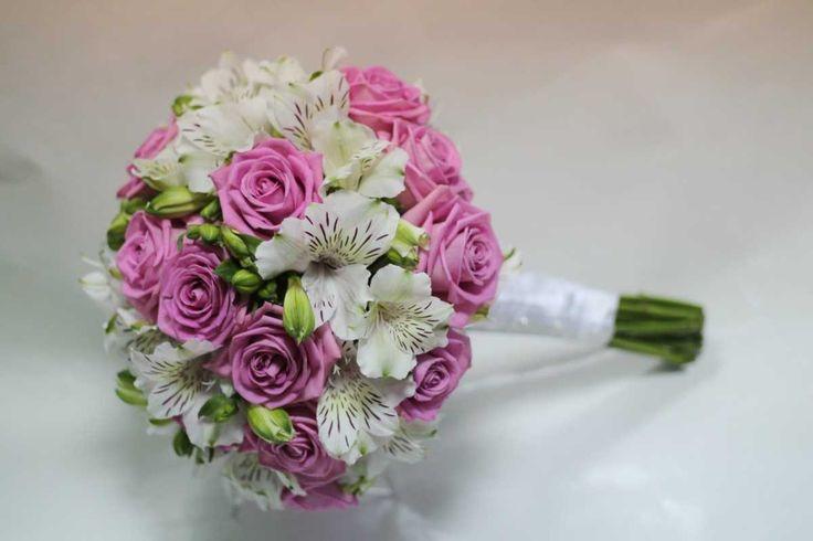 фотография chto-delat-s-pojmannym-buketom-nevesty Стоит ли хранить букет невесты после свадьбы? Букет невесты