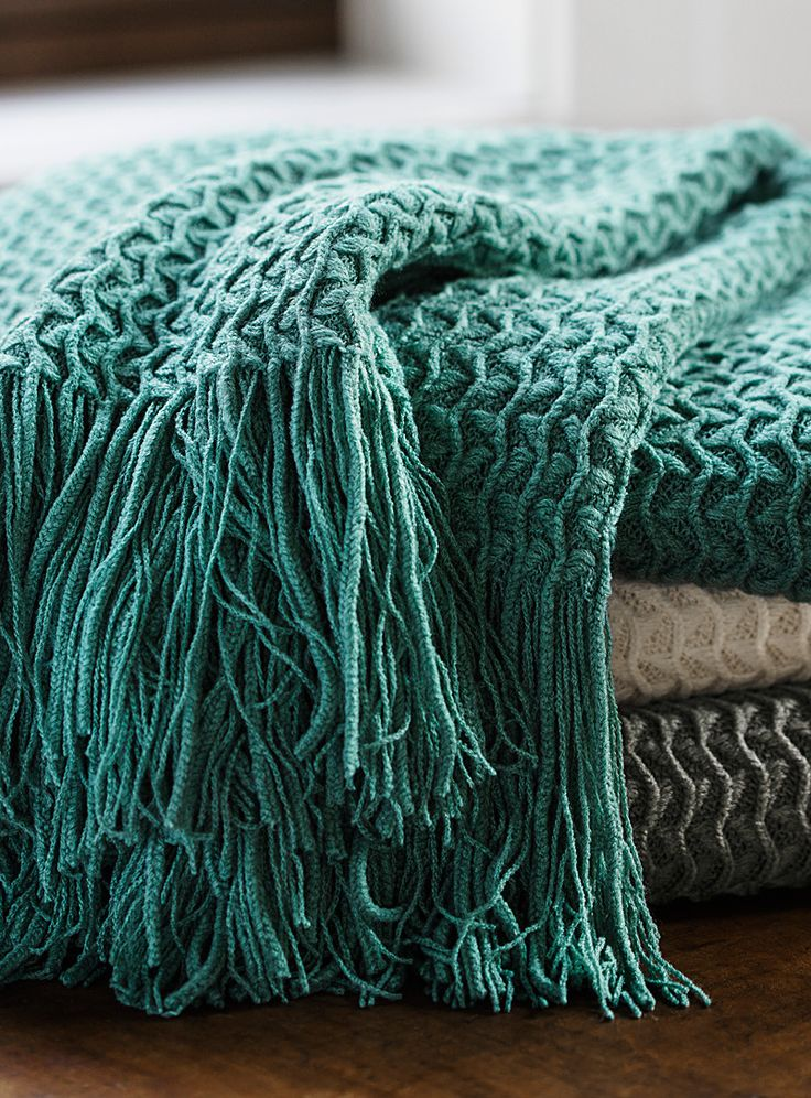 Exclusively from Simons Maison Combination of textures with thin wavy stripes and small geo triangles that combine in a fashionable, ethnic-inspired graphic pattern. - Soft, fluid and comfortable acrylic knit - Thin and wide fringes at the ends - 130 x 150 cm