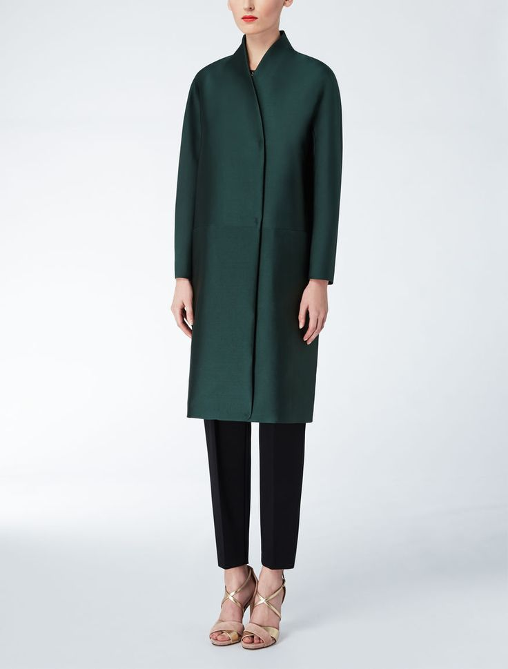 Max Mara CERBERO emerald: Duchesse dust coat. Find your outfit on the Official Max Mara Website and discover all that is new in ready-to-wear.
