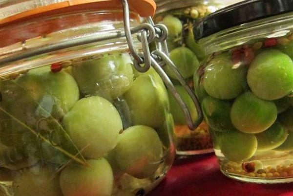 Зеленые помидоры без стерилизации «Привет из Одессы» http://stryapuha-kuhnya.ru/zelenye-pomidory/  Просто и вкусно, как все в Одессе – получаем сочные маринованные зеленые помидорки с горчицей и зеленью, без стерилизации. В эмалированную кастрюлю наливаем холодную воду, доводим до кипения. Стерилизуем закаточную крышку. Кипятим ее в течение 2 минут в небольшом ковше. Стеклянную банку моем с содой, обдаем кипятком. Помидоры моем в […]