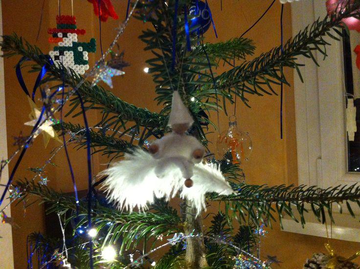 Kleiner Schneezwerg Wichtel auf Feder Weihnachtsschmuck