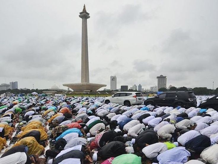 Muslim Indonesia Shalah Jum'ah in Monas Jakarta