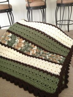 Cobertor verde, branco e marrom em crochet duplo e v stich.