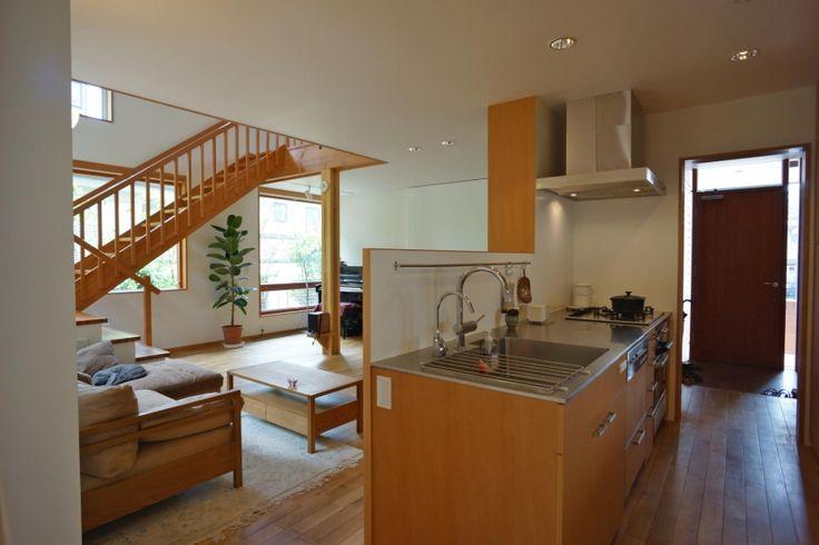 リビングに対面するキッチンは、家族の様子を見守りながら作業ができます。玄関から、洗面室へとつながる動線は回遊動線となっていて、使いやすい家事空間となっています。<br /> キッチンはオリジナルで、他の家具に合わせた米松の扉と、特注のステンレスカウンターを備えています。 専門家:小島建一が手掛けた、リビングを見渡すキッチン(逗子の家―気持ちの良い場所)の詳細ページ。新築戸建、リフォーム、リノベーションの事例多数、SUVACO(スバコ)