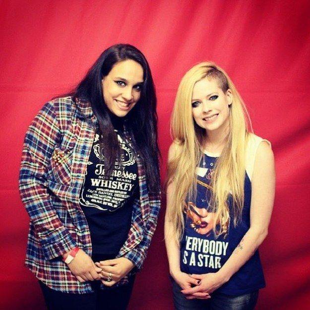 Both these smiles are so very genuine. | 8 Breathtakingly Awkward Pictures Of Avril Lavigne And Her Fans