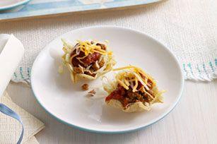 Les croustilles tortillas en forme de petit bol font d'excellents saladiers pour ces savoureux petits hors-d'œuvre de salade de tacos, qui amuseront sûrement vos invités lors de votre prochaine réception.